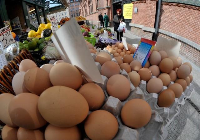 """Nie ma wielkanocnego stołu bez jajek. Cóż, podobno od nich wszystko się zaczęło.Na kolejnych stronach znajdziecie ciekawostki dotyczące jaj.A jeśli już o jajkach i kurach mowa, zapytamy - czy słyszeliście o człowieku - kurze? Abraham Poincheval zasłynął z tego, że owinięty w ciepłą kołdrę wysiadywał jajka na specjalnej ławie. Z efektem! Po trzech tygodniach skorupki zaczęły pękać, a w paryskim Muzeum Sztuki Nowoczesnej przyszły na świat kurczaczki, które potem trafiły do gospodarstwa w zachodniej Francji. Performer zapewnił, że nie zostały zjedzone.Maszyna z klocków stworzona do robienia jajek na bekonie:<script class=""""XlinkEmbedScript"""" data-width=""""640"""" data-height=""""360"""" data-url=""""//get.x-link.pl/01243b32-82dd-4d9f-b86c-261c6f4c14f4,92df2ea4-196c-bcb3-b659-062080f4c813,embed.html"""" type=""""application/javascript"""" src=""""//prodxnews1blob.blob.core.windows.net/cdn/js/xlink-i.js?v1""""></script>Źródło: STORYFULDostawca: x-news"""