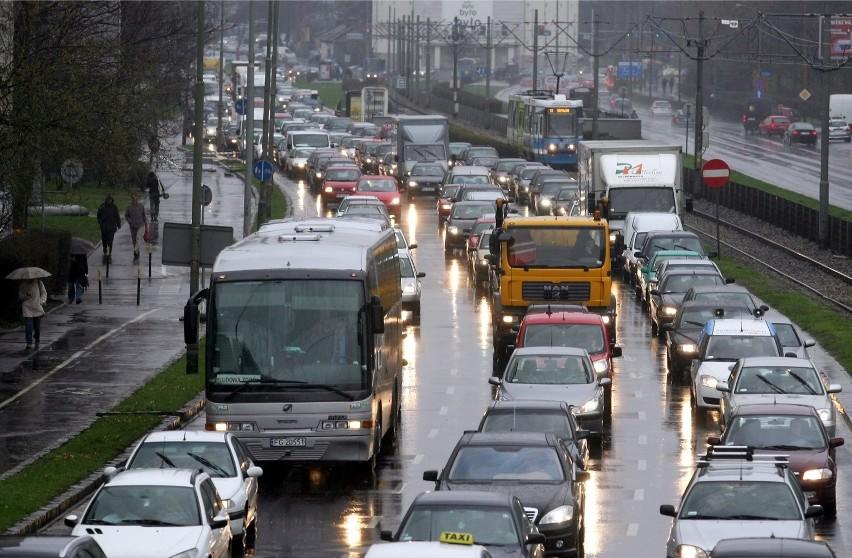 Plany miasta: Mniej samochodów. Kierowcy mają się przesiąść na rowery i do autobusów