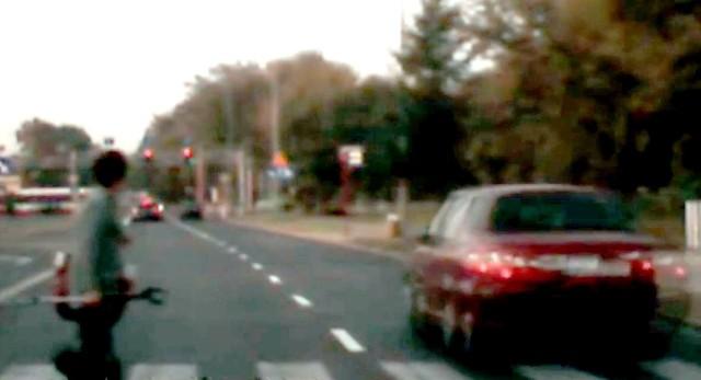 Na filmie widać, jak kierowca na czerwonym świetle przejeżdża tuż przed pieszą, która znajduje się na pasach na ulicy Szarych Szeregów.
