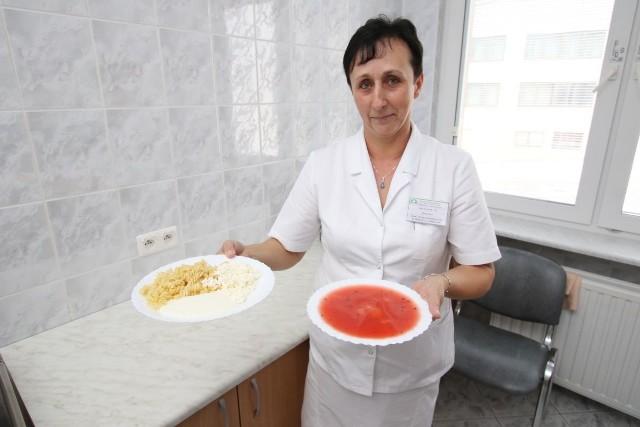 Piątkowy obiad pokazuje nam go pani Teresa Kłos, pracownik gospodarczy z dystrybucji posiłków.