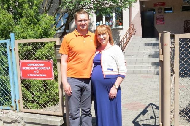 - Zawsze chodzimy na wybory.  To przecież obywatelski obowiązek - powiedzieli nam wczoraj państwo  Paulina i Jakub Buśkowie z Ciechocinka. - Tym razem głosowaliśmy w trójkę - żartowali.
