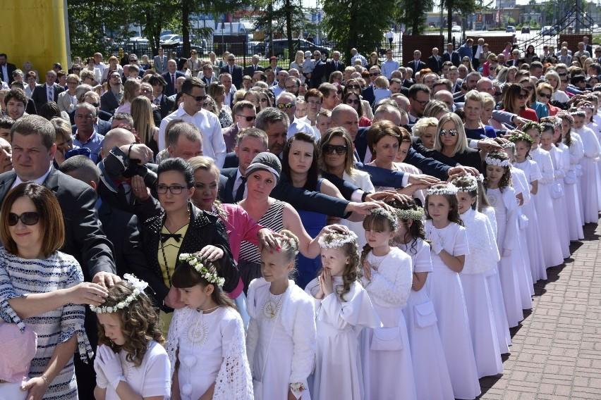 W parafii pod wezwaniem Najświętszego Serca Pana Jezusa na osiedlu Widok dzieci przystąpiły do Pierwszej Komunii Świętej. Była to pierwsza tura dzieci, które przyjmują ten sakrament w parafii na Widoku.