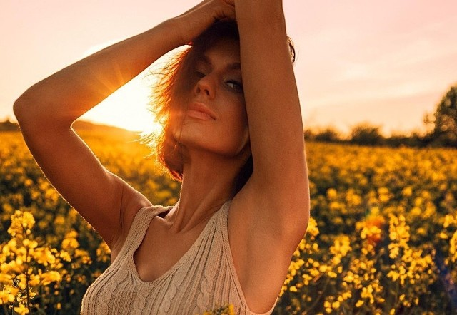 Najpiękniejsze dziewczyny robią sobie zdjęcia w rzepaku. Stylowe zdjęcia to nowy wiosenny trend. Zobaczcie najpopularniejsze zdjęcia w rzepaku!Zobacz kolejne zdjęcia. Przesuwaj zdjęcia w prawo - naciśnij strzałkę lub przycisk NASTĘPNE