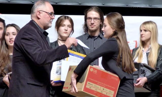 Aleksandra Radosz za wygraną w XIV Przeglądzie Twórczości Jacka Kaczmarskiego otrzymała górę nagród. Swoją... dołożył także Czesław Kowalski, dyrektor Kazimierskiego Ośrodka Kultury.