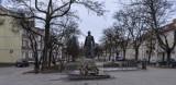 Nadzór budowlany sprawdza ponowne osadzenie pomnika prałata Henryka Jankowskiego. Wnioski w ciągu kilku tygodni [wideo]