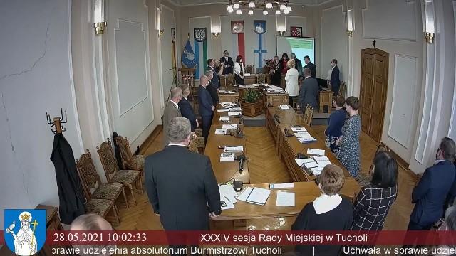 W piątek burmistrz Tadeusz Kowalski dostał od radnych Tucholi absolutorium, oklaski i kwiaty