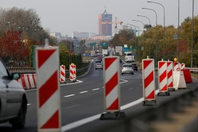 Poznańska Masa Krytyczna zarzuca drogowcom faworyzowanie kierowców aut. Przykład: brak po remoncie drogi rowerowej na Krzywoustego.