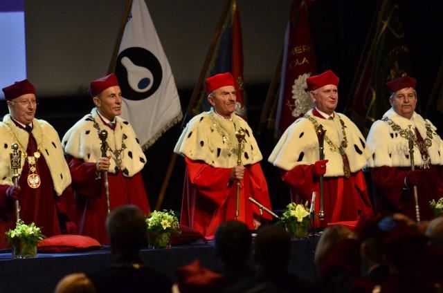 PIA 2013, czyli wspólna inauguracja uczelni. Od lewej rektorzy: prof. J. Wysocki, prof. M. Gorynia, prof. B. Marciniak, prof. G. Skrzypczak i prof. T. Łodygowski