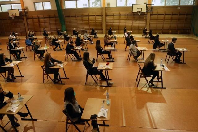 Kiedy odbędzie się egzamin ósmoklasisty i matura 2021? Centralna Komisja Egzaminacyjna podała harmonogramy egzaminów na rok szkolny 2020/2021. Zawarto w nich zapowiadane zmiany dotyczące egzaminu ósmoklasisty.