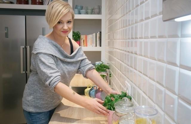 Dorota Szelągowska opublikowała projekt swojego mieszkania. Dzięki temu wiemy już, jak wkrótce będą wyglądały wnętrza jej apartamentu. Zdradziła m.in., że meble w jej kuchni będą w kolorze granatowym, a ściany zostaną pomalowane na różowy kolor. Kuchnia gwiazdy będzie połączona z przestronnym salonem i jadalnią. Dorota  nie pokazała jedynie, jak będzie wyglądać pokój jej córeczki. Zobacz zdjęcia na kolejnych slajdach