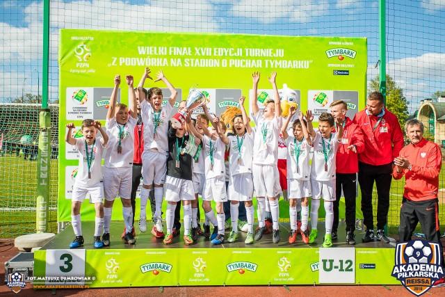 Młodzi piłkarze Akademii Piłkarskiej Reissa po wręczeniu brązowych medali na Stadionie Narodowym w Warszawie