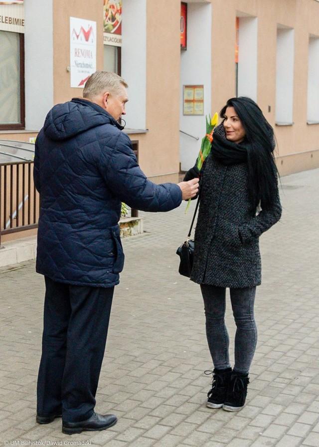 Z okazji Dnia Kobiet Prezydent Białegostoku Tadeusz Truskolaski i jego zastępca Rafał Rudnicki rozdawali białostoczankom kwiaty oraz składali życzenia.