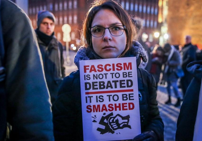 """""""Dość rasizmu i faszyzmu"""". Demonstracja pod Złotą Bramą w Gdańsku [zdjęcia, wideo]"""
