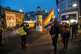 Pikieta w Poznaniu. Przeciwnicy aborcji i przeciwnicy wyroku Trybunału Konstytucyjnego przekrzykiwali się na ul. Półwiejskiej