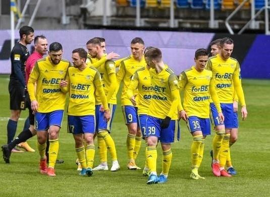 Piłkarze Arki Gdynia są faworytem meczu w Bełchatowie.