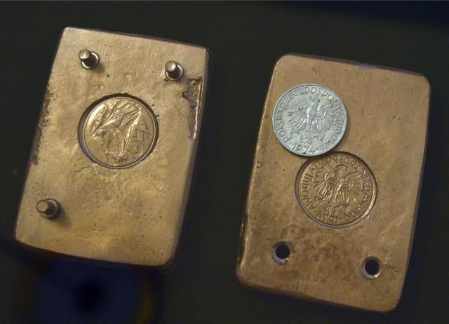 Inwestujący oszczędności w złoto wybierają najchętniej sztabki albo złote monety.