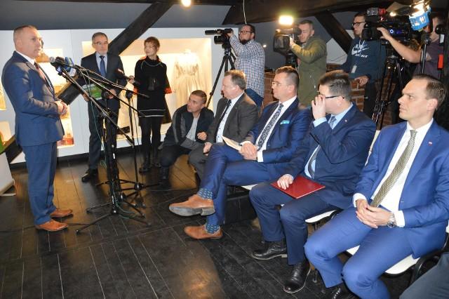 Rozpoczęcie konferencji zorganizowanej na poddaszu muzeum, gdzie jest ekspozycja poświęcona rozwadowskiej kolei, przy mikrofonie przewodniczący Rady Miejskiej Stanisław Sobieraj