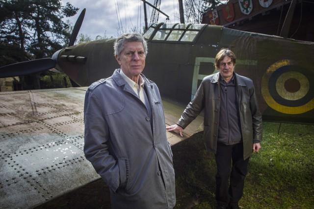 Replikę słynnego Hawkera Hurricane'a MK wykonał Jan Bromski z Suchego Lasu. Przy jedynej replice tego myśliwca w Polsce stoją (z lewej) Arkady R. Fiedler i Marek Fielder