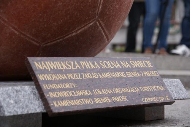 """9 czerwca piłka zostanie przewieziona do hali widowiskowo-sportowej, gdzie będzie eksponowana w głównym holu. Fundatorem piłki są Inowrocławska Lokalna Organizacja Turystyczna oraz Firma Kamieniarska """"Bieniek""""."""