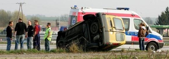 Brawura kierowców to nadal najczęstsza przyczyna wypadków. Na zdjęciu dachowanie, do jakiego doszło wczoraj pod Kołbaskowem.