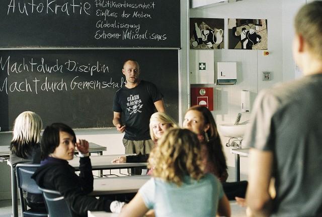 """""""Fala""""Film oparty na prawdziwym wydarzeniu, jakie miało miejsce w 1967 r. , w Cubberley High School w Palo Alto. Nauczyciel Ron Jones prowadził z uczniami eksperyment dotyczący narodowego socjalizmu, starając się znaleźć odpowiedź na często zadawane przez młodzież pytanie, jak naród niemiecki mógł ulec tej ideologii i nie protestować przeciwko holocaustowi. W filmie Fala akcja zostaje przeniesiona na grunt niemiecki. Mając do wykonania tygodniowy projekt na temat autokracji, nauczyciel Rainer Wenger (Jürgen Vogel) proponuje swoim uczniom przeprowadzenie eksperymentu, by dzięki niemu mogli lepiej zrozumieć, na czym polegają totalitarne rządy. W ciągu kilku dni wprowadzona zostaje dyscyplina, uniformizacja, ostracyzm wobec uczniów o innych przekonaniach, a poczucie więzi przeradza się w Falę, czyli prawdziwy ruch, który staje się coraz groźniejszy... czytaj więcejEmisja: TVP1, godz. 20:25"""