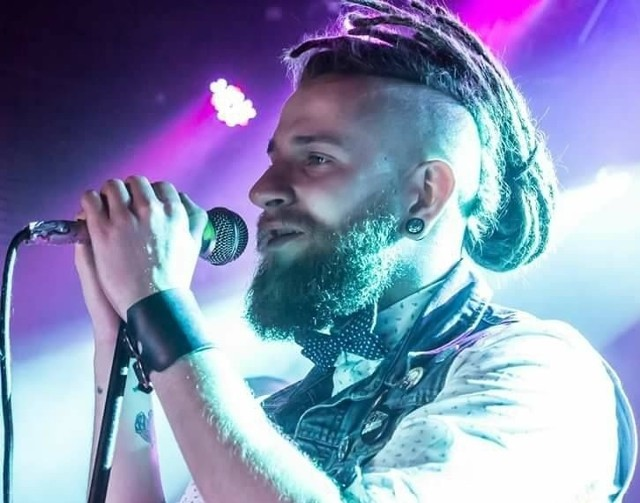 Adam Kalinowski jest wokalistą hardrockowej grupy W8