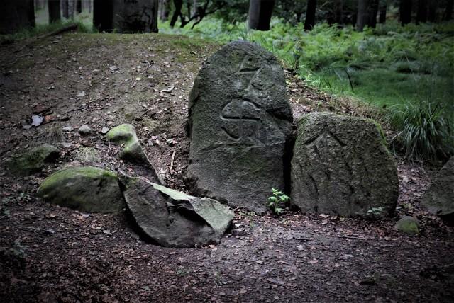 Starogermańskie runy na tajemniczych kamieniach. Nikt nie wie kto, kiedy i po co je wyrył.