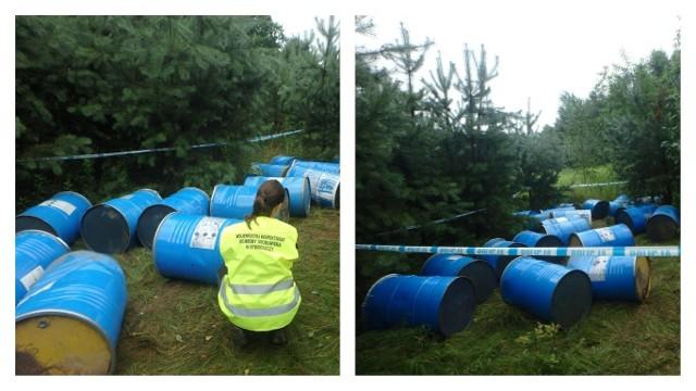 Beczki z nieznaną zawartością zostały porzucone w lesie w miejscowości Mokre w Gminie Grudziądz. Policja szuka sprawców
