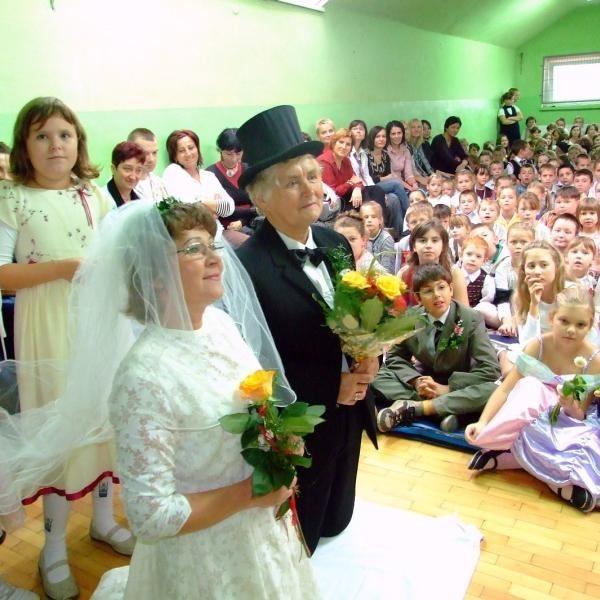 """Uczniowie """"dwójki"""" zobaczyli jak wyglądały tradycyjne wywodziny."""