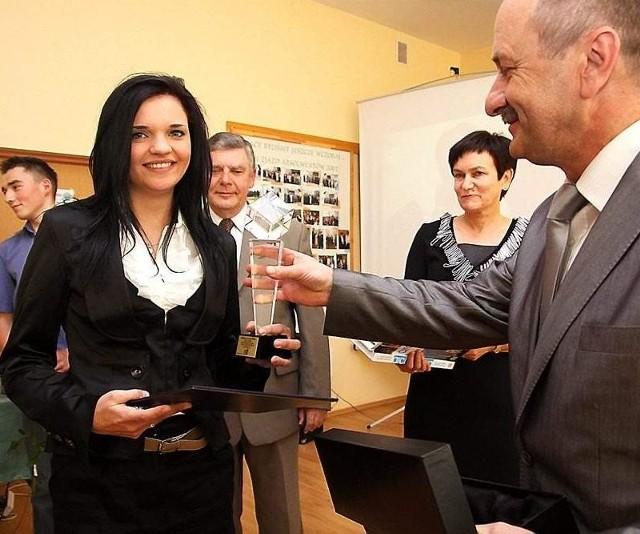 Najlepsza absolwentka Marta Schreiber odbiera statuetkę od Józefa Kołaka