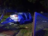 Nocny wypadek w Koronowie. Kierowca stracił panowanie nad seatem, auto staranowało ogrodzenie [zdjęcia]