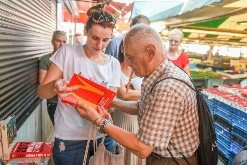 Zenon Fabiś, starszy poznaniak wyprzedający własną kolekcję książek, by zebrać pieniądze na walkę z rakiem pojawił się w piątek na rynku Jeżyckim. Czekało na niego kilkanaście osób, które chciały od niego kupić książkę lub przekazać mu publikacje z własnych biblioteczek.