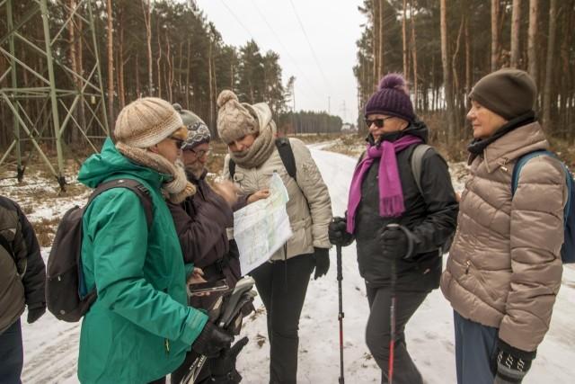 """""""Wędrówki z PTTK"""" - pod takim hasłem odbywają się piesze wycieczki na dystansie 15-25 km, organizowane co miesiąc przez Antoniego Ścigacza. Trasa nigdy się nie powtórzyła, a wyprawy odbywają się bez względu na pogodę. Udział może wziąć każdy!Tym razem grupa piechurów ruszyła obrzeżami Torunia, by po przejściu 18 km wrócić do Torunia. Na szlaku zwiedzono następujące atrakcje:- Zamek Dybów – pamiętający czasy Władysława Jagiełły, konkurująca niegdyś z Toruniem dawna siedziba starostów królewskich, spalony przez Szwedów w 1656 r., przetrwał w postaci ruiny,- Fort X Twierdzy Toruń – część zespołu obronnego ze stanowiskami artyleryjskimi, powstała w latach 1889-1892 w celu kontroli Doliny Wisły,- Mała Nieszawka – tutaj również przebywali Krzyżacy, a nawet powstał tu pierwszy zamek krzyżacki na terenie Polski (ok 1230 r.), który później na mocy zobowiązań pokojowych musieli rozebrać (ok 1424 r.),- Kościół w Małej Nieszawce – kościół pomenonicki (menonici to ugrupowanie religijne, założone przez Mennona Simmonis, prześladowane na terenie Niderlandów w XVIw. - okres reformacji, które schroniło się w tolerancyjnej Polsce, tworząc tutaj swoją kulturę i obyszaje)- Olęderski Park Etnograficzny w Małej Nieszawce – nieczynny, niedostępny dla turystów, można obejrzeć z daleka chaty w stylu olęderskim, zakładane na terenach zalewowych przez ludność menonicką, przybyłą na te tereny; po osiedleniu się na obszarze podmokłym ludność ta wykazała się niebywałymi umiejętnościami rolniczymi, prowadzenia upraw w trudnych warunkach,- pomnik Jeńców Radzieckich, cmentarz wojenny z okresu II wojny światowej w Nieszawce oraz miejsce pamięci w dzielnicy Toruń – Glinki – w obozie na Glinkach więziono ok 60 tys. jeńców, z czego 10 tys. zginęło, więźniowie rosyjscy byli przetrzymywani w zupełnie innych (gorszych) warunkach niż więźniowie z innych państw (brytyjczycy, francuzi), byli bici i torturowani. Na cmentarzu pochowano około 11 tys. jeńców rosyjskich, a pomnik upamiętnia Rosjan zmarłych w oboz"""