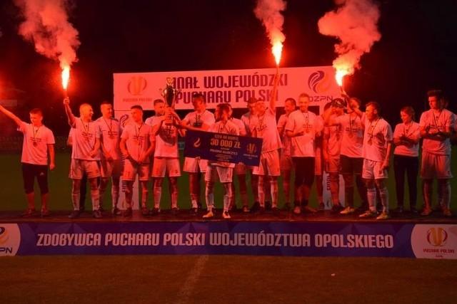 Rozgrywki Regionalnego Pucharu Polski w sezonie 2017/18 dobiegły końca. Poznaliśmy wszystkich triumfatorów - nie obyło się bez niespodzianek i zaskakujących wyników. Sprawdź kto wygrał w twoim województwie!