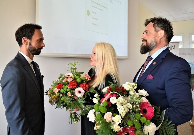 Burmistrzowi gratulowali: przewodniczący rady Sławomir Malinowski i wiceprzewodnicząca Barbara Górecka
