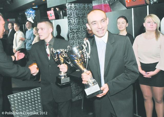 Zwycięzca plebiscytu Marcin Świerc (z prawej). Obok laureat drugiego miejsca - koszykarz Krzysztof Chmielarz.