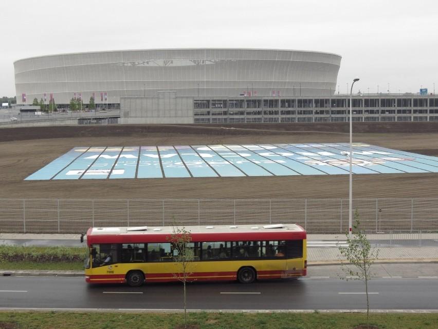 Przed turniejem Euro we Wrocławiu - dziurę elegancko uporządkowano i zamaskowano...