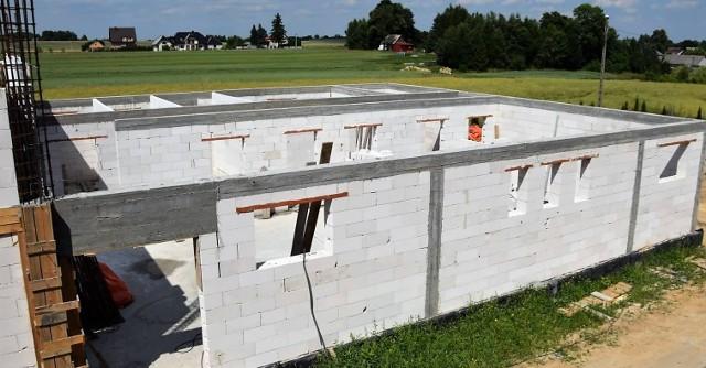 Szybko postępują prace przy budowie nowej sali gimnastycznej przy ZSP w Łobzowie, w gminie Wolbrom. Termin zakończenia prac planowany jest na 2021 rok.