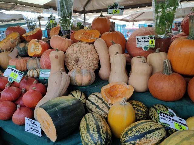 Sprawdziliśmy, jakie są ceny warzyw i owoców w Poznaniu. A co znajdziemy na poznańskich targach w okresie jesiennym? Z owoców przede wszystkim brzoskwinie, śliwki, gruszki i jabłka, a z warzyw najchętniej kupowana jest dynia.Przejdź dalej i sprawdź ceny warzyw i owoców --->