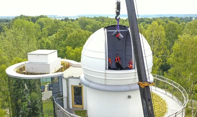 - W Polsce są tylko dwa teleskopy o tych rozmiarach. Pod względem wielkości sprzętu, właśnie znaleźliśmy się na krajowym podium – ekscytuje się astronom Andrzej Branicki z Wydziału Fizyki Uniwersytetu w Białymstoku. Właśnie trwa montaż nowoczesnego teleskopu ASA 600 w Obserwatorium UwB.