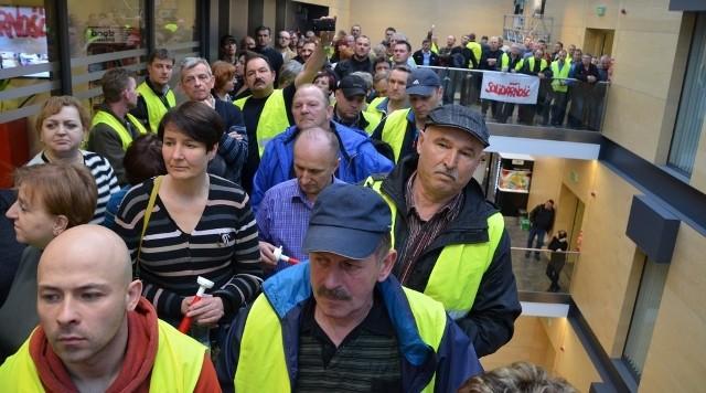 Enea w Poznaniu: Kilkuset pracowników protestuje przed siedzibą spółki