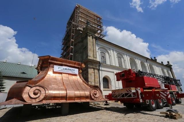 Wart 4 mln zł dźwig i pierwszy ważący 17 ton element hełmu wieży gotowy do zamontowania.
