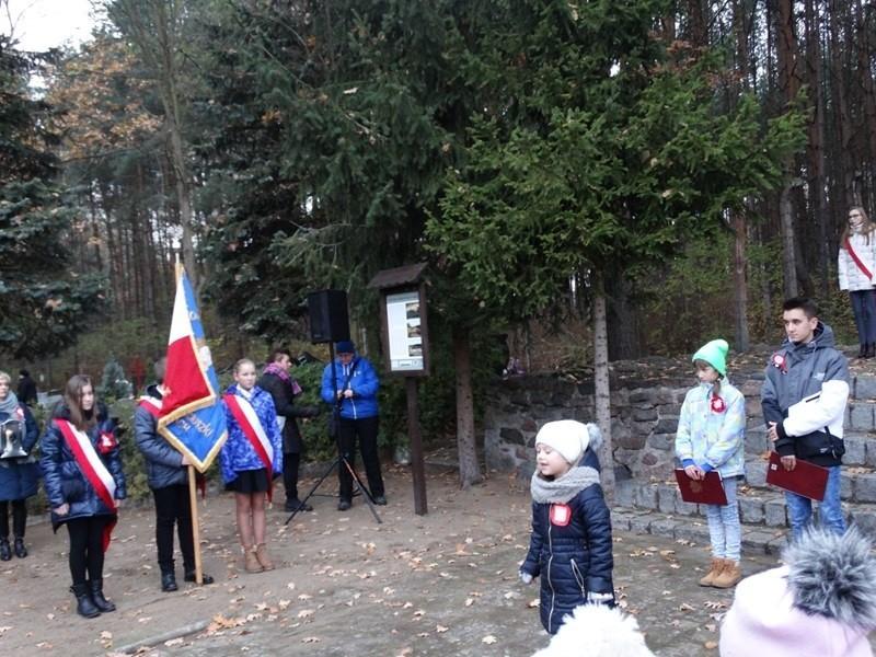 Wielka tragedia jaka się rozgrywała za obozową bramą nigdy nie zostanie zapomniana. Uczniowie i mieszkańcy uroczyście oddali cześć i hołd więźniom Brätz.