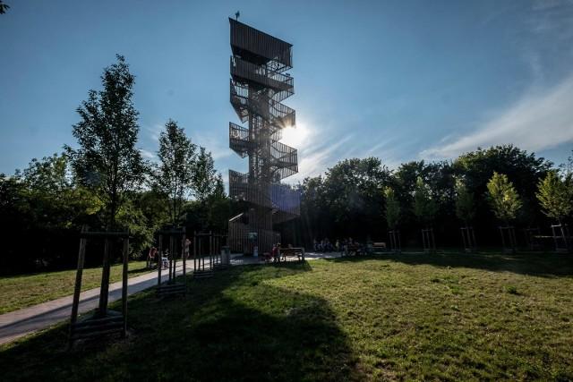 Wieża na Szachtach powstała w ramach budżetu obywatelskiego. Po wejściu na nią możemy podziwiać wyjątkowy urok Szachtów i panoramę Poznania
