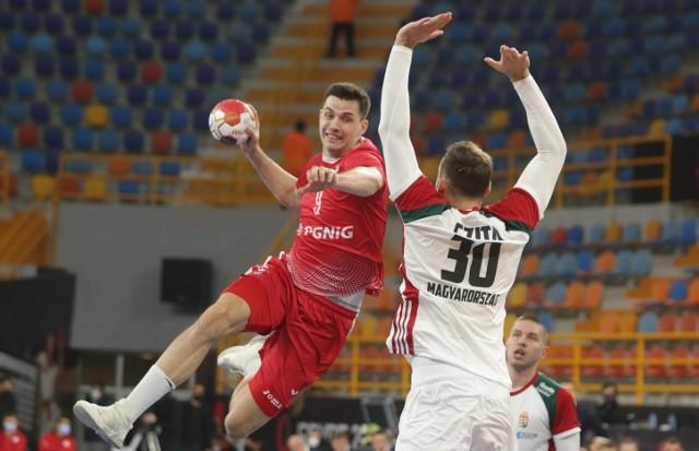 Polacy przegrali z Węgrami 26:30 i nie zagrają w ćwierćfinale mistrzostw świata. Na zdjęciu rzuca Szymon Sićko.