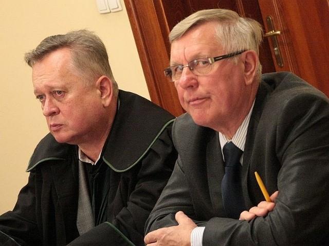 Głównym oskarżonym jest burmistrz Tadeusz Dubicki (z prawej). którego broni mec. Jerzy Synowiec. Podczas pierwszej rozprawy samorządowiec zapewniał o swojej niewinności.