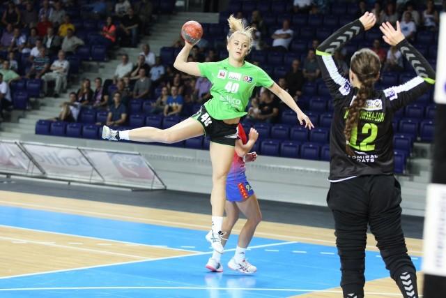 Daria Zawistowska (z piłką) w meczu z Samborem zdobyła trzy bramki. Być może w meczu z SPR Olkusz także otrzyma szansę dłuższego występu.
