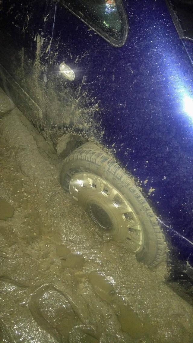 Samochód pani Magdaleny ma spore trudności z pokonaniem  drogi do jej domu. Ostatnio utknął na ul. Bzowskiej.