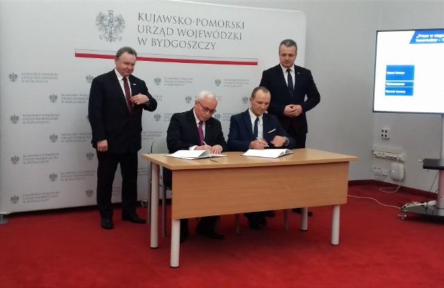 Umowa na przygotowanie dokumentacji projektowej ostała podpisana wczoraj w Urzędzie Wojewódzkim w Bydgoszczy. Obecni byli Mikołaj Bogdanowicz, wojewoda kujawsko-pomorski i Ireneusz Merchel, prezes PKP PLK.