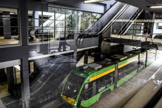 Pierwsze tramwaje wjeżdżają pod zmodernizowaną Kaponierę. Zobacz czym Poznań i kraj żyły w 2016 roku